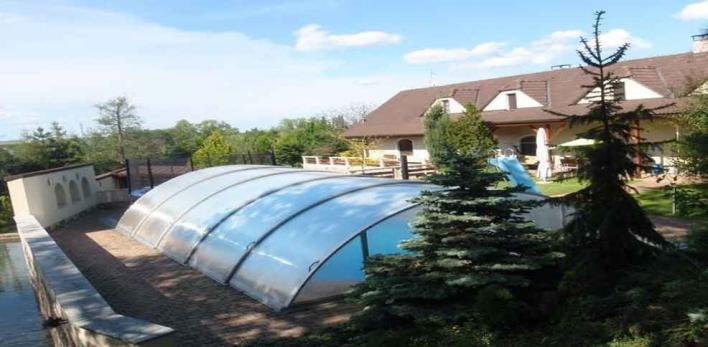 Вилла в пригороде Праги с парком, бассейном и баней